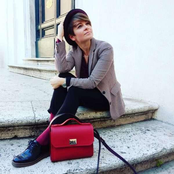 Claudia Weber indossa una delle sue creazioni in pelle WeBag